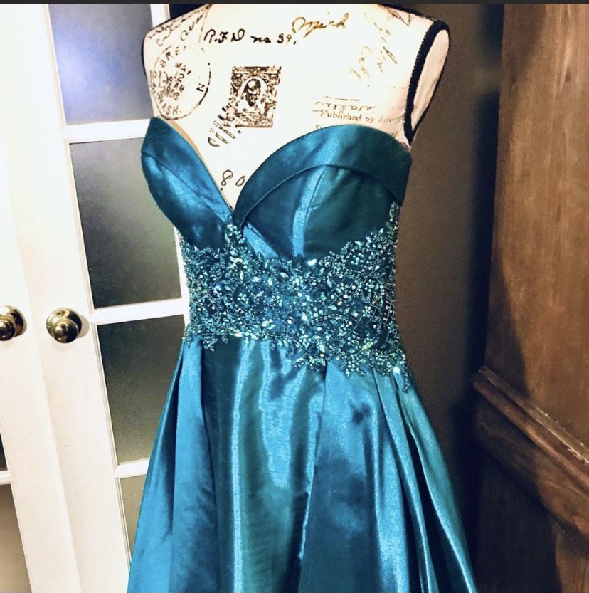 Tony Bowls Green Size 8 Sweetheart Ball gown on Queenly