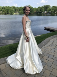 Mac Duggal White Size 6 Ball gown on Queenly