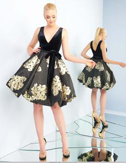 Style 25996 Mac Duggal Black Size 2 Tall Height Floral Homecoming V Neck Cocktail Dress on Queenly