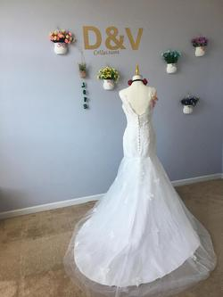 D&V White Size 2 Mermaid Dress on Queenly