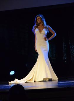 Jovani White Size 2 Train Mermaid Dress on Queenly